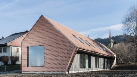 Index Architectes creates asymmetric Village House in Switzerland |Index Architectes在瑞士創建了不對稱的鄉村住宅