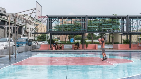 Atelier Let's enlivens basketball courts in Taiwan with shipping-container pavilion Atelier讓我們通過集裝箱展館在台灣的籃球場上活躍起來