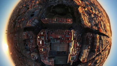 360° Aerial Photos of Barcelona Transform the City Into Small Planets 巴塞羅那的360°航拍照片將城市變為小行星