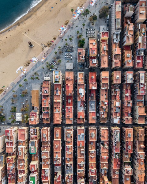 Drone Photos of Barcelona Highlight the Symmetry of the City's Architecture 巴塞羅那的無人機照片突出了城市建築的對稱性