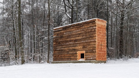 John Pawson builds Wooden Chapel for cyclists from huge logs 約翰·帕森(John Pawson)為巨大的原木騎自行車者建造木製教堂
