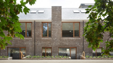Morris + Company completes Wildernesse Mews retirement homes in historic Kent estate 莫里斯+公司在歷史悠久的肯特莊園完成了Wildernesse Mews養老院