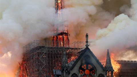 The minaret collapsed 850 years of the Notre Dame de Paris 尖塔倒塌 850年巴黎聖母院恐付之一炬