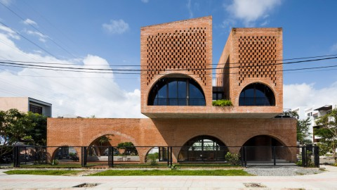 Tropical Space builds brick coffee shop with a house perched above 熱帶空間建造磚咖啡店與上面棲息的房子