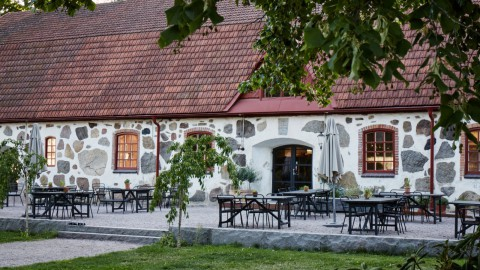 Wanås hotel and restaurant opens in converted 18th-century cow barn and horse stable Wanås酒店和餐廳由18世紀的牛棚和馬厩改建而成