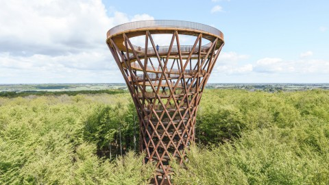 EFFEKT completes spiralling Camp Adventure tower in midst of a Danish forest|EFFEKT在丹麥森林中完成了螺旋式營地冒險塔