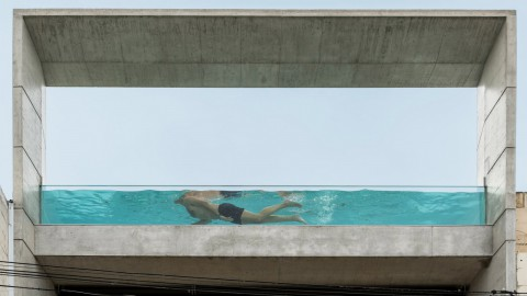 Glass-sided rooftop pool tops concrete Maltese house by Architrend Architecture 玻璃邊屋頂游泳池頂部由Architrend Architecture建造的混凝土馬耳他房屋