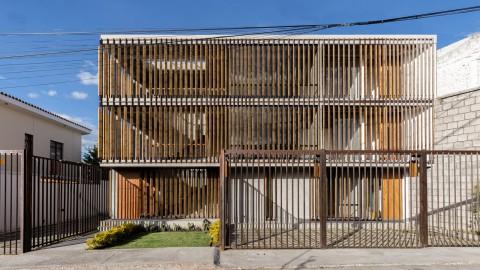 Wooden shutters shade Edificio Criba apartments in Ecuador by Rama Estudio 在拉斯維加斯Estudio的厄瓜多爾Edificio Criba公寓的木製百葉窗