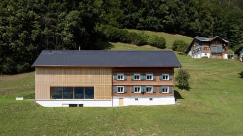 Shutters are concealed in the walls of Austrian farmhouse extension by Firm Architekten 隱藏在奧地利農舍擴建的牆壁上的公司Architekten