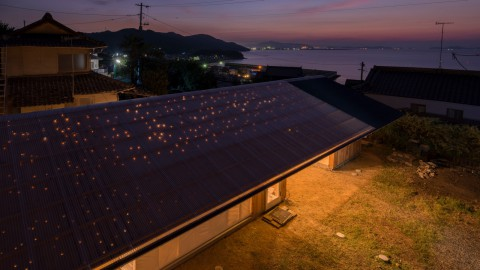 ICADA intentionally puts holes in roof of small wooden house in Japan|ICADA故意在日本的小木屋屋頂上打洞