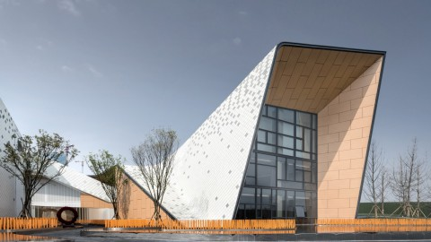 Challenge Design's metal-clad kindergarten folds around a courtyard 挑戰設計的金屬包裹的幼兒園圍繞庭院折疊
