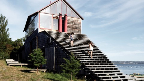 Guillermo Acuña fronts his remote Chilean retreat with large wooden staircase 吉列爾莫·阿庫尼亞(GuillermoAcuña)帶著大型木製樓梯前往他遙遠的智利度假勝地