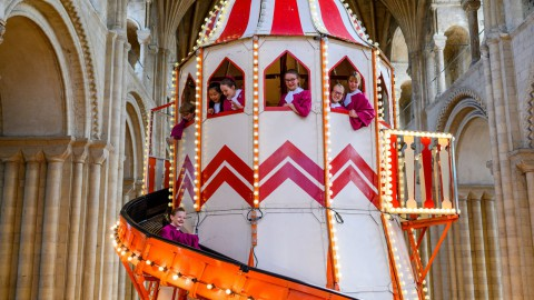 Helter skelter installed in Norwich Cathedral so visitors can admire its architecture up close|Helter skelter安裝在諾里奇大教堂,因此遊客可以近距離欣賞其建築