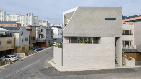 Augmented Reality Architects wraps house with courtyards to create private home 增強現實建築師將房屋與庭院相結合,創造私人住宅