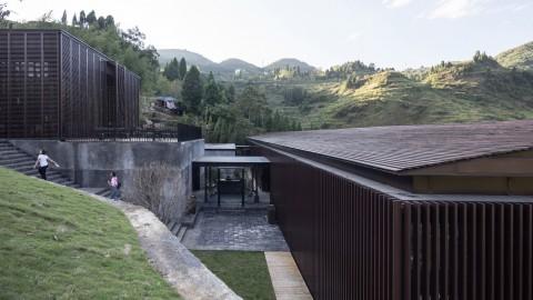 Folding timber shutters open Mountain Bar & Restaurant to the air in China 折疊式木質百葉窗在中國向山空酒吧和餐廳開放