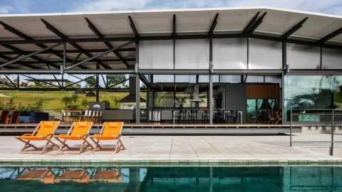 Polycarbonate roof spans long Brazilian residence by Nitsche Arquitetos|Nitsche Arquitetos的聚碳酸酯屋頂跨越巴西長住區