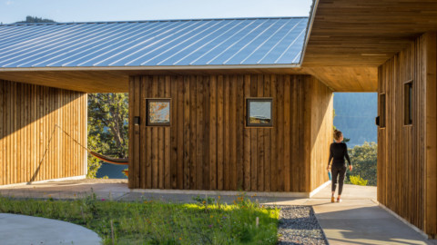 Waechter Architecture builds ring of cabins on old school campus to create The Society Hotel Bingen 瓦希特建築公司在舊學校校園內建造小木屋,以創建賓根社會酒店
