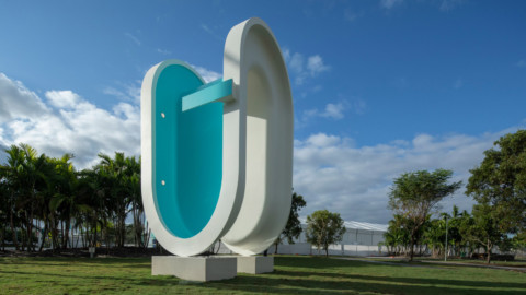 Elmgreen and Dragset builds a bent swimming pool in Miami|Elmgreen和Dragset在邁阿密建造了一個彎曲的游泳池