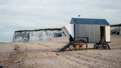 Haeckels' Victorian bathing machine warms up winter seaside dippers|Haeckels的維多利亞式沐浴機使冬天的海濱北斗星熱起來