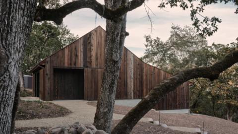 Faulkner Architects converts barn in California's wine country into minimal bunkhouse 福克納建築師事務所將加利福尼亞葡萄酒之鄉的穀倉改造成極小的雙層棚屋