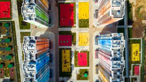 "Iosa Ghini Associati counters Moscow's ""monotony"" with brightly coloured apartment blocks|Iosa Ghini Associati用色彩鮮豔的公寓樓反擊莫斯科的""單調"""