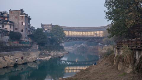 Jishou Art Museum by Atelier FCJZ doubles as a pedestrian bridge|Atelier FCJZ的吉首美術館兼作人行天橋