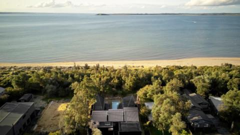 Branch Studio Architects uses skylights to bring light into Australian island house|Branch Studio Architects使用天窗將光線帶入澳大利亞的島屋