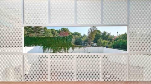 Bonba Studio encases extension in Barcelona in white metal mesh|Bonba Studio在巴塞羅那採用白色金屬網布擴展