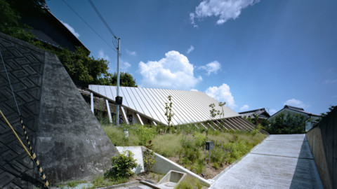 Large sloping roof shelters House in Gakuenmae by FujiwaraMuro Architects|Gakuenmae的大型傾斜屋頂庇護所,房屋設計/ FujiwaraMuro Architects