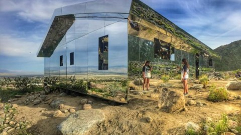 Artist creates stunning mirrored house installation in the Coachella Desert Valley|藝術家在科切拉沙漠谷創作了精美的鏡像房屋裝置