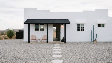 White stucco Casa Mami by Working Holiday Studio contrasts California desert landscape Working Holiday Studio的白色灰泥Casa Mami對比加州沙漠景觀