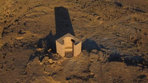 Gitai Architects builds rammed-earth observatory in the Negev desert Gitai Architects在內蓋夫沙漠建造夯土天文台