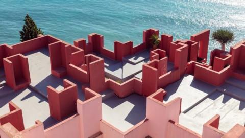"Sebastian Weiss photographs Ricardo Bofill's ""delightfully confusing"" La Muralla Roja|塞巴斯蒂安·魏斯(Sebastian Weiss)拍攝了里卡多·波菲(Ricardo Bofill)的""令人困惑的""拉·穆拉拉·羅亞(La Muralla Roja)"