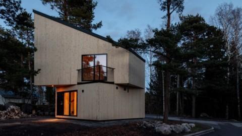 Ortraum Architects builds timber music studio beside house in Helsinki Ortraum Architects在赫爾辛基的房屋旁建造木材音樂工作室
