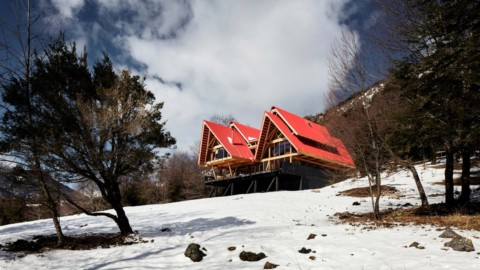 Red roofs are layered atop wooden frame of Casa Malalcahuello by GAAA|GAAA的Casa Malalcahuello木框架上分層舖有紅色屋頂