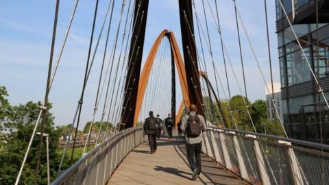 Useful Studio creates arched weathering steel Chiswick Park Footbridge|有用的工作室創建拱形的耐候鋼奇斯威克公園行人天橋