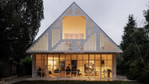 Surman Weston creates modern mock-Tudor home in Surbiton Surman Weston在Surbiton創建了現代的都鐸式樣板房