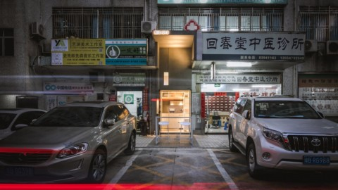 Onexn Architects squeezes Shenzhen micro cafe into gap narrower than a parking space|Onexn Architects將深圳微咖啡廳擠到比停車位窄的空隙中