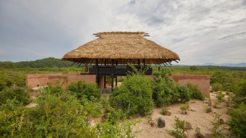 Thatched roof tops open-air Japanese restaurant for Mexico's Hotel Escondido|墨西哥Hotel Escondido的茅草屋頂露天日本餐廳