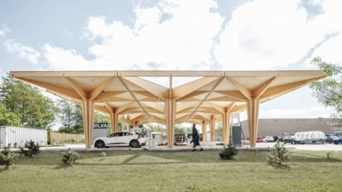 Cobe unveils pair of tree-like timber charging stations for electric cars in Denmark|Cobe在丹麥推出了一對電動汽車用的樹木狀木材充電站