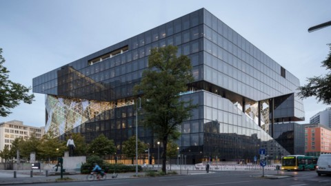 Faceted glass atrium bisects OMA's Axel Springer building in Berlin|多面玻璃中庭將柏林OMA的Axel Springer建築物一分為二