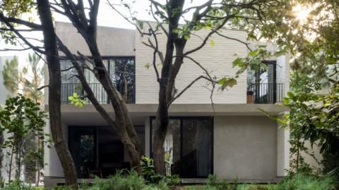 White brick walls wrap trees and patios to form Casa RA in Mexico|白色磚牆包裹樹木和露台,形成墨西哥的Casa RA
