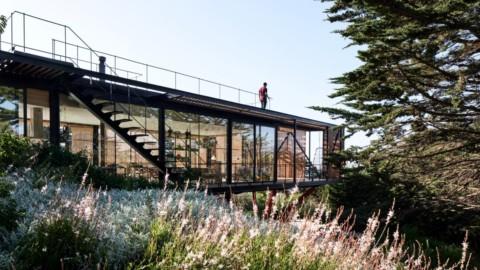 Slatted wood encloses glass Engawa House in Chile|板條狀的木頭圍住了智利的Engawa House玻璃