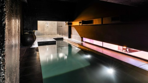 Lost House by David Adjaye features black interiors and bedroom with a pool 大衛·阿賈耶(David Adjaye)的《失落之屋》(Lost House)具有黑色內飾,並設有帶游泳池的臥室