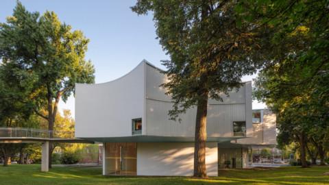 Steven Holl shapes Winter Visual Arts Building around 200-year-old trees 史蒂芬·霍爾(Steven Holl)塑造了大約200年曆史的樹木的冬季視覺藝術大樓