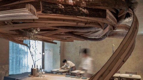 "Embers restaurant in Taipei features a ""vortex"" of cedar planks 台北的餘燼餐廳以""渦流""式的雪松木板為特色"