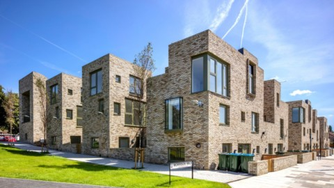 Peter Barber Architects creates five terraces of affordable homes in Greenwich Peter Barber Architects在格林威治創建了五個可負擔房屋的露台