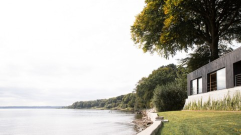 Norm Architects creates black-timber retreat near border of Denmark and Germany|Norm Architects在丹麥和德國邊界附近創建了黑木撤退