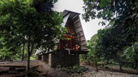 Prefabricated Huaira cabin nestles within verdant farmland in Ecuador|預製的Huaira小屋坐落在厄瓜多爾翠綠的農田中