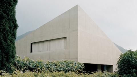 Monolithic concrete walls enfold minimalist Pyramid House in Switzerland 整體式混凝土牆包裹著瑞士的簡約金字塔屋